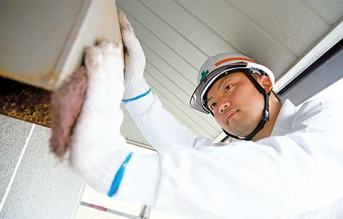 建物全体の汚れ等をチェックし、気になるところを重点的に丁寧に洗浄していきます